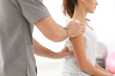 osteopathe avec une patiente à Cahrenton proche alfortville
