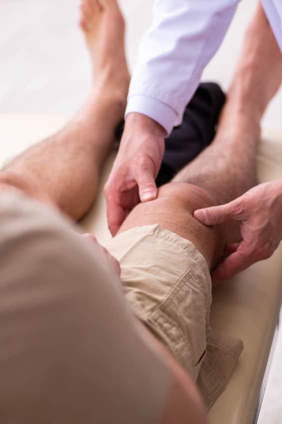 osteopathe soignant un genou